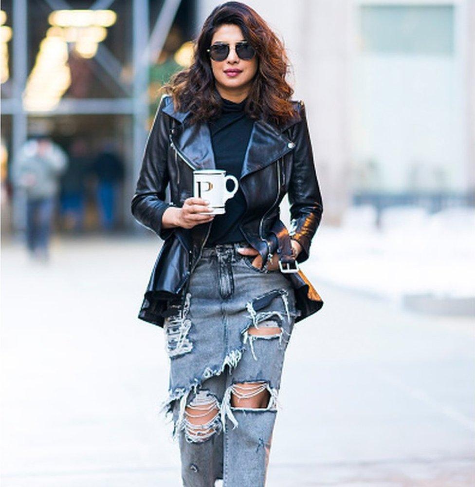 Aktris Bollywood Priyanka Chopra dengan celana jeans robek