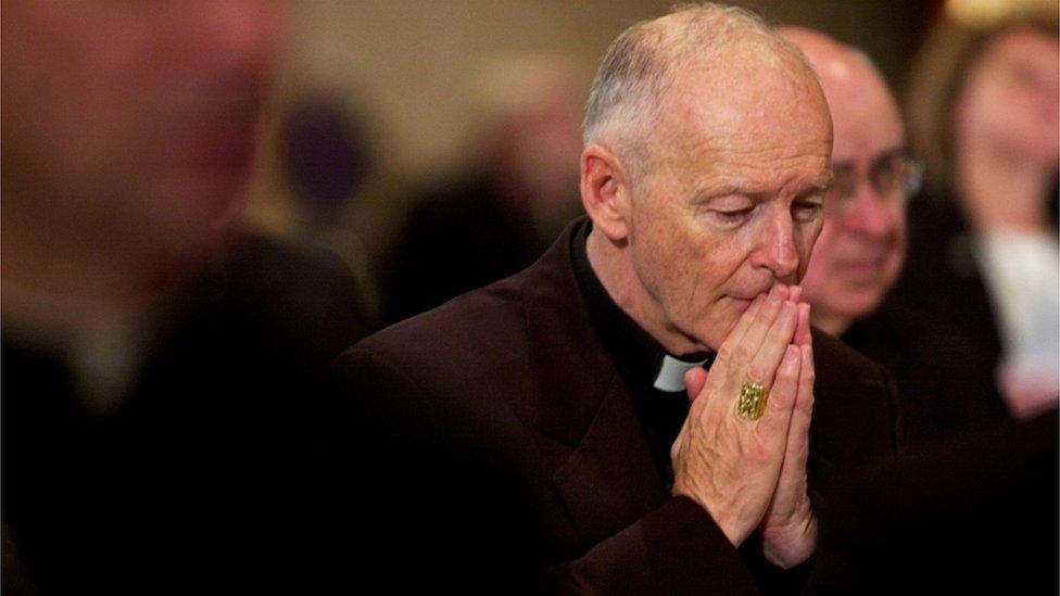 Kardinal Theodore McCarrick dua ederken.