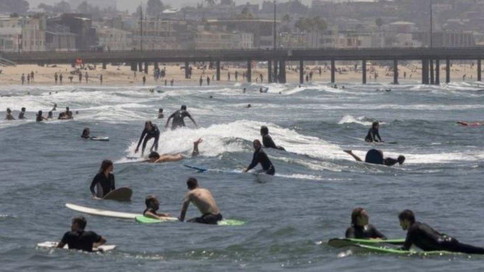 في لوس أنجيليس وفي شاطئ فينيس تجمع بعض راكبو الأمواج للاستمتاع.