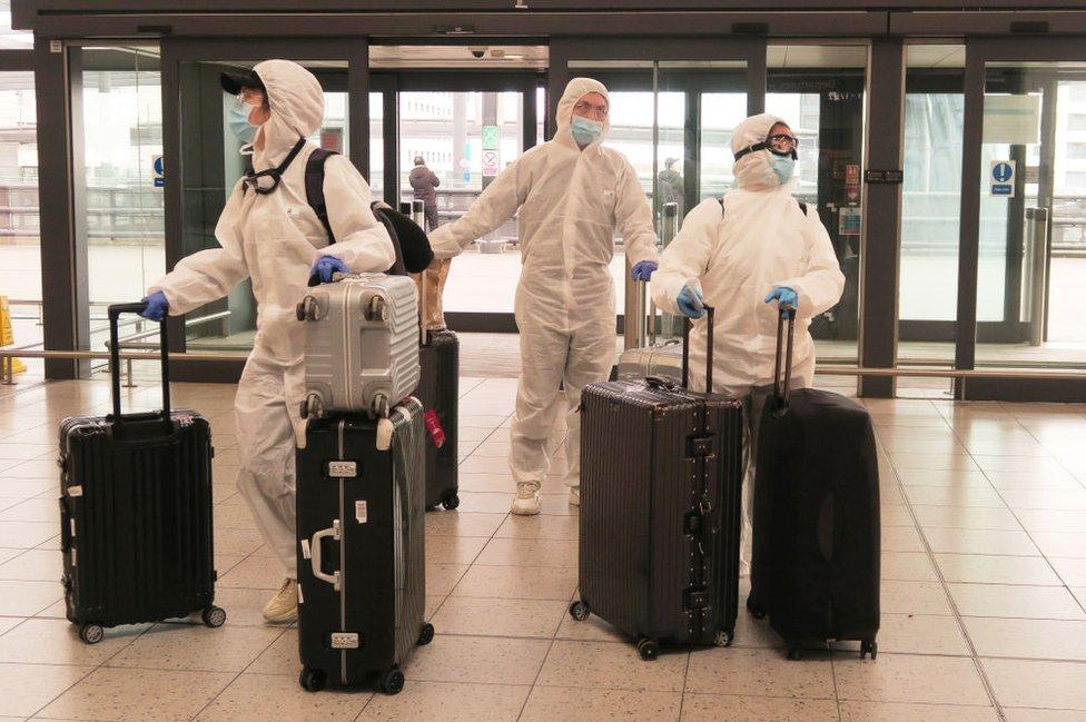 مسافرون في مطار غاتويك في المملكة المتحدة
