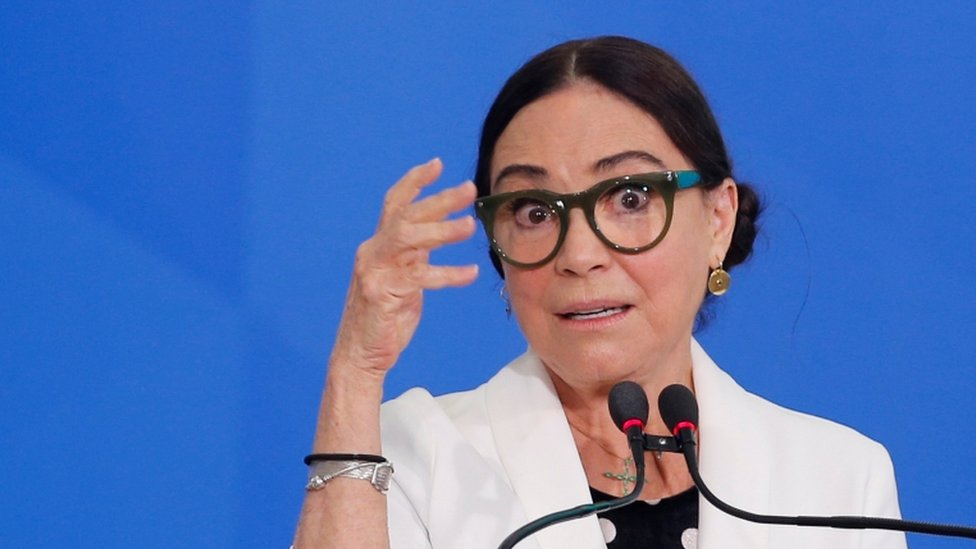 Regina Duarte falando no microfone