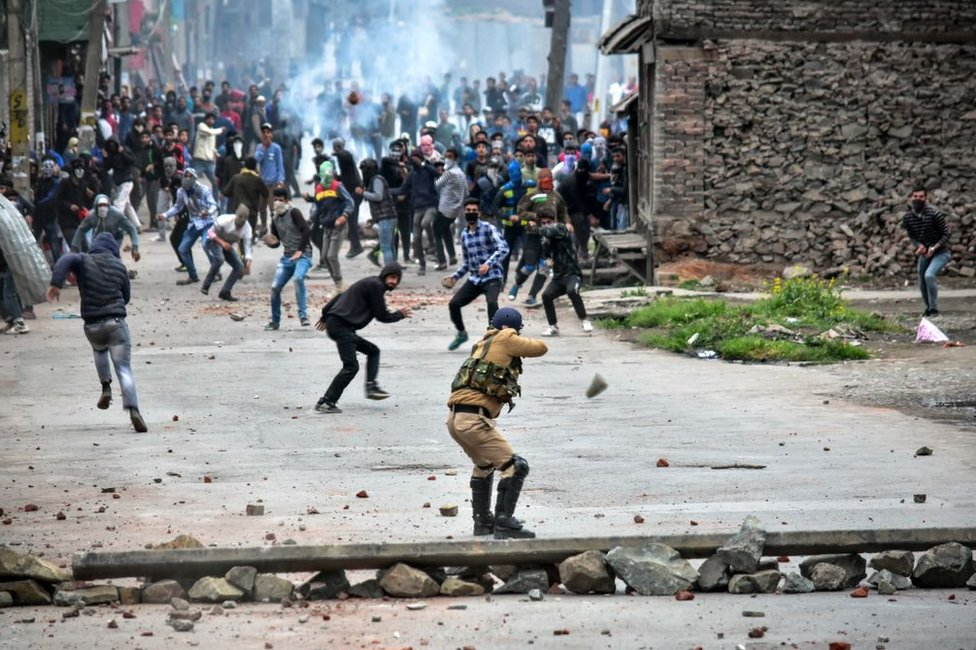 Kashmiri protesters clash with government forces in Srinagar, Indian-administered Kashmir in 2018.