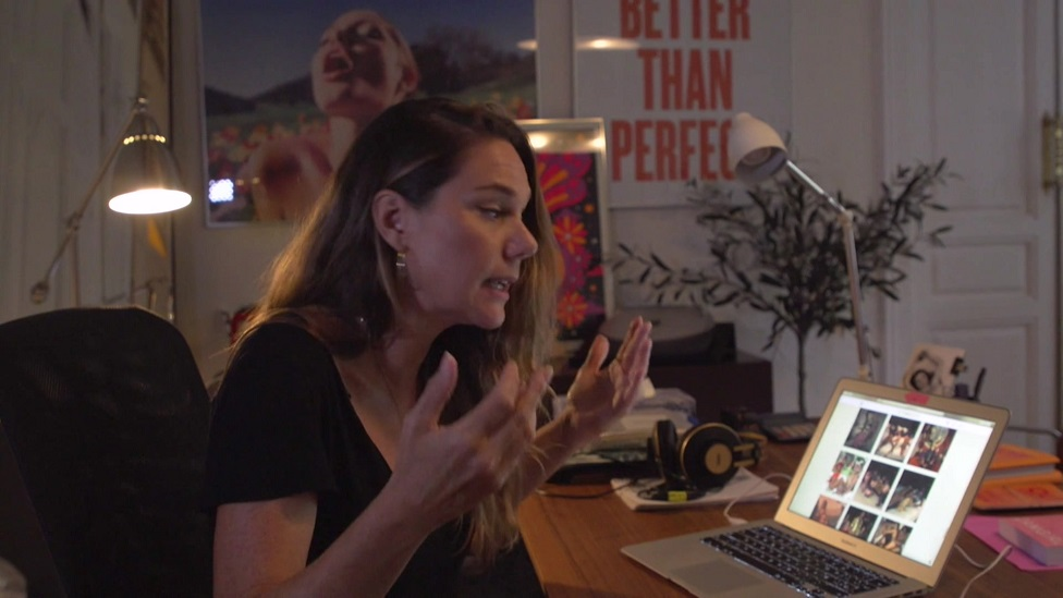Ericka Lust, hablando frente a su laptop.