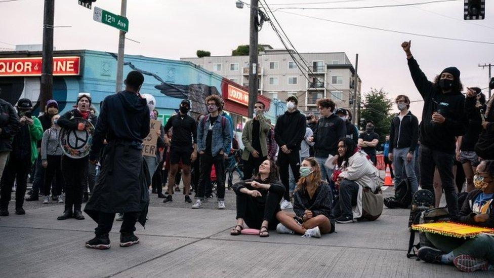 """Manifestantes en una calles de la """"zona autónoma""""."""