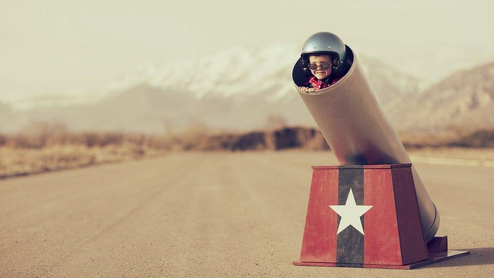 صورة تخيلية: طفل مستعد للذهاب إلى أماكن بسرعة خاطفة، عبر مدفع بشري. صوت مدوّي