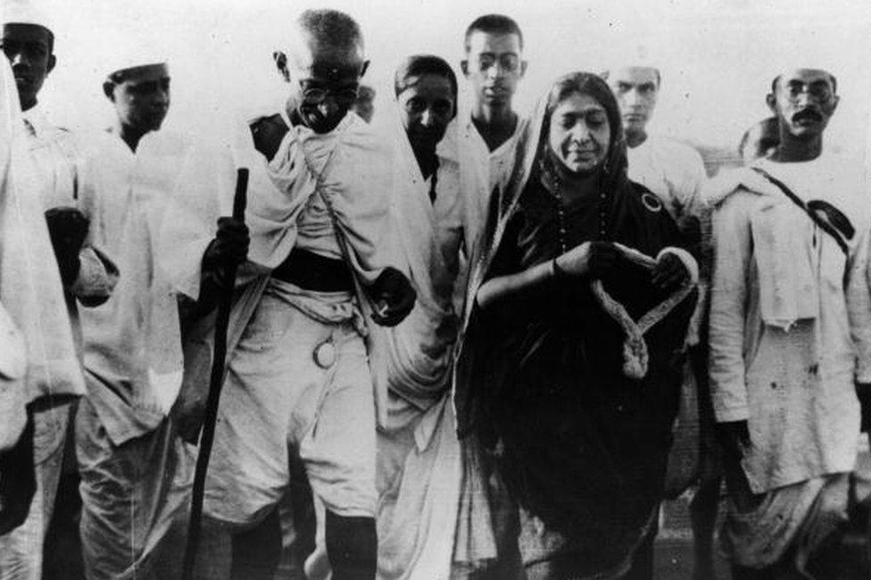 Gandhi y Sarojini Naidu durante una marcha de protesta contra el gobierno colonial británico