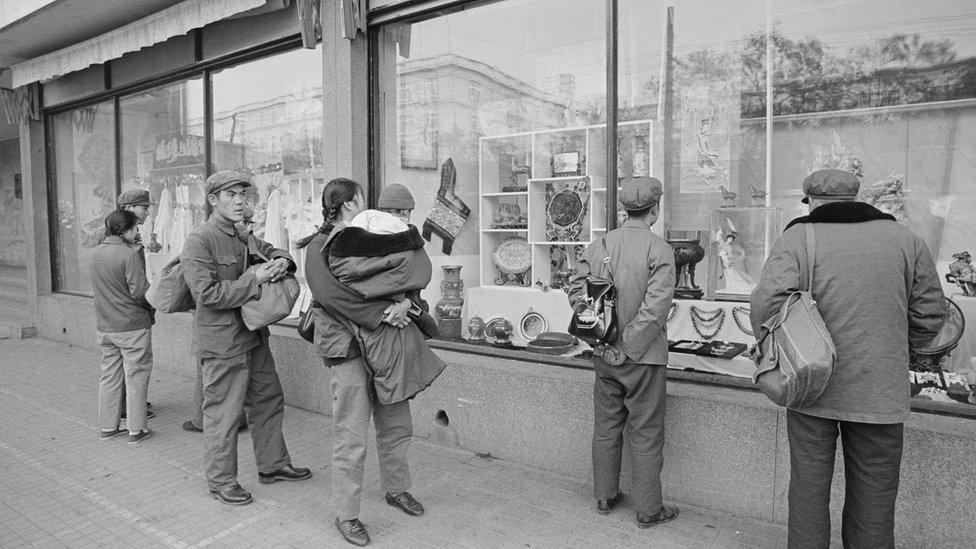Kinezi ispred izgloga u Pekingu 1978. godine
