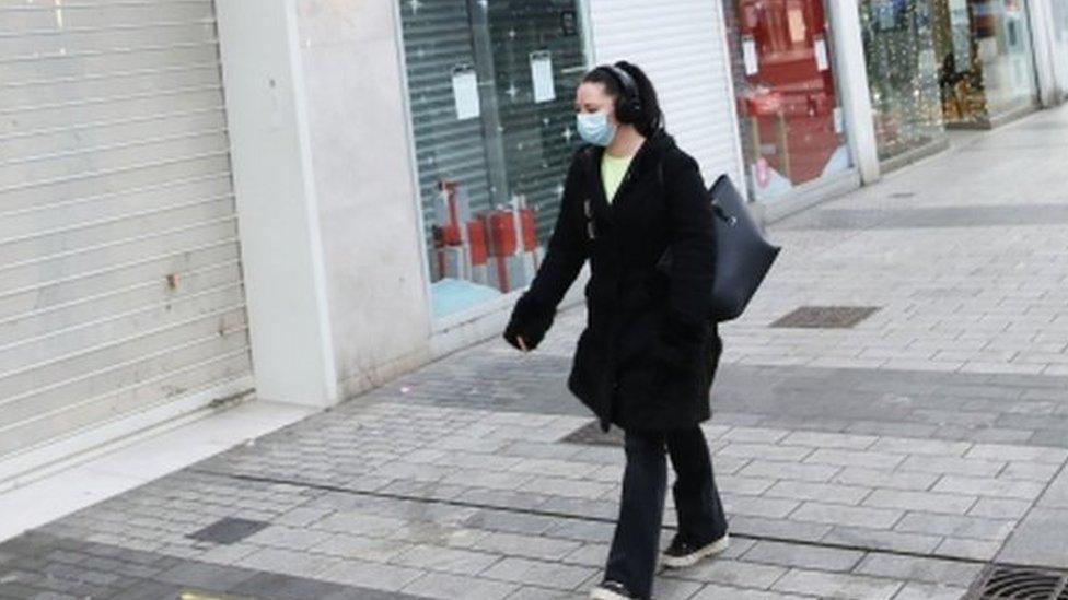 Coronavirus: Northern Ireland begins six-week lockdown thumbnail