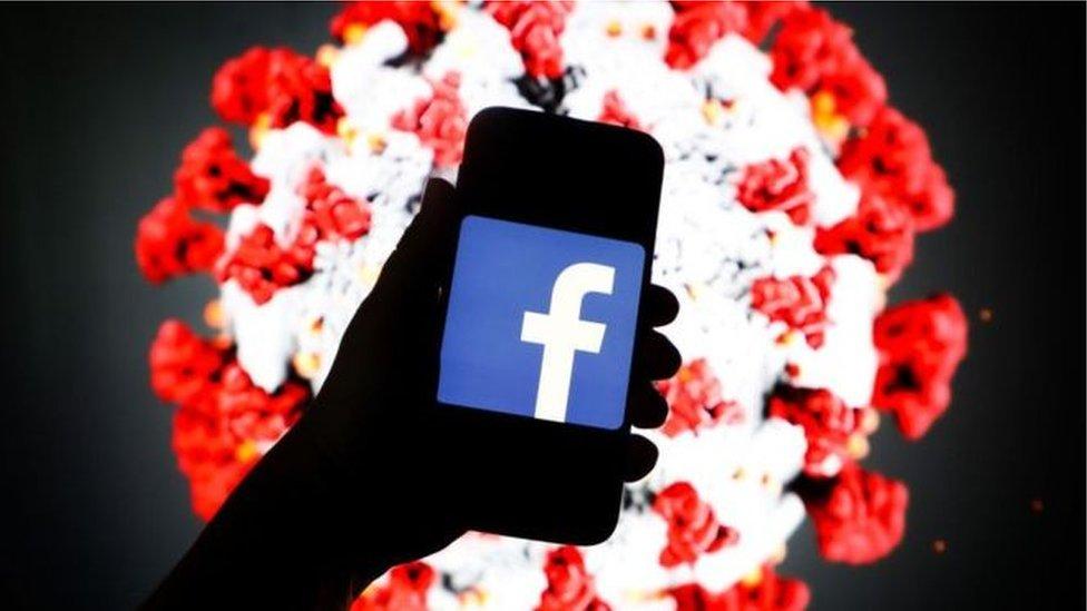 Ruka u kojoj je telefon sa logoom Fejsbuka
