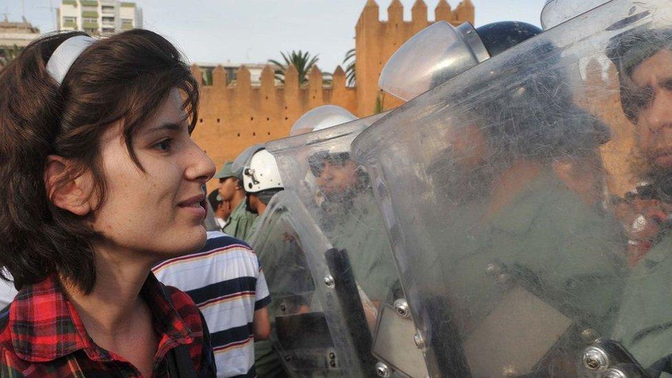 Nenasilni protesti imaju više šanse da privuku podršku iz svih sfera društva. Ovde se demonstrant koji se zalaže za reforme suočava sa snagama bezbednosti u Maroku 2011. godine