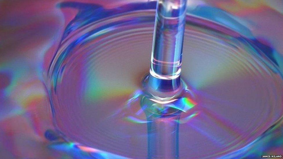 Chorro de agua que se extiende al tocar una superficie
