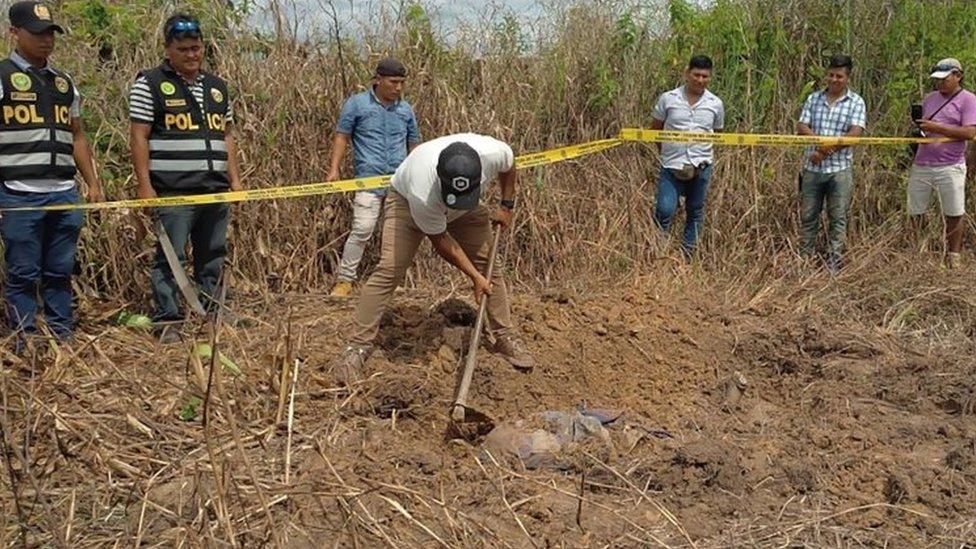 La policía encontró el domingo el cuerpo del canadiense Sebastian Woodfroffe enterrado a casi un kilómetro de distancia de la casa de la indígena.