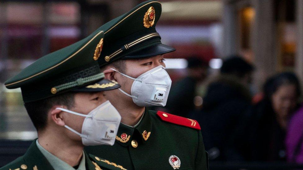 Dos soldados con mascarillas en la estación de Pekín, 22 de enero