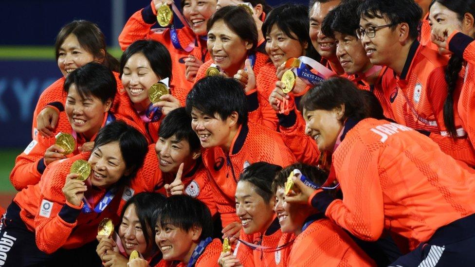 El equipo de sóftbol celebra la medalla de oro en Tokyo 2020.