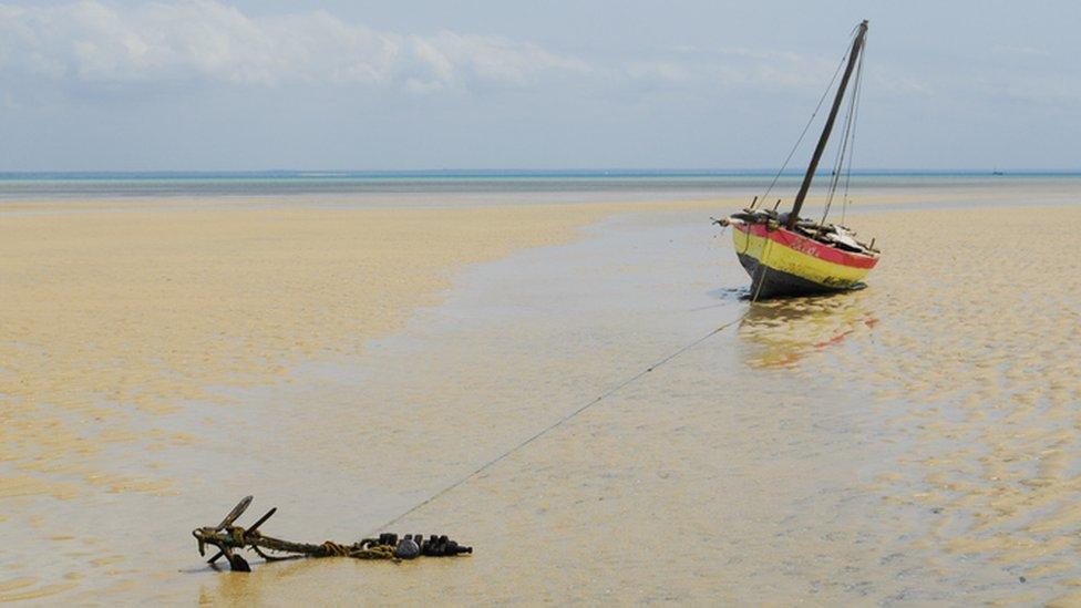 Un barco en la playa