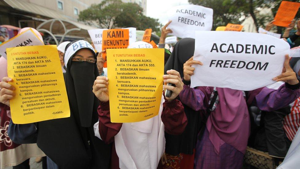 2011年吉隆坡一場抗議集會上學生展示「學術自由」標語