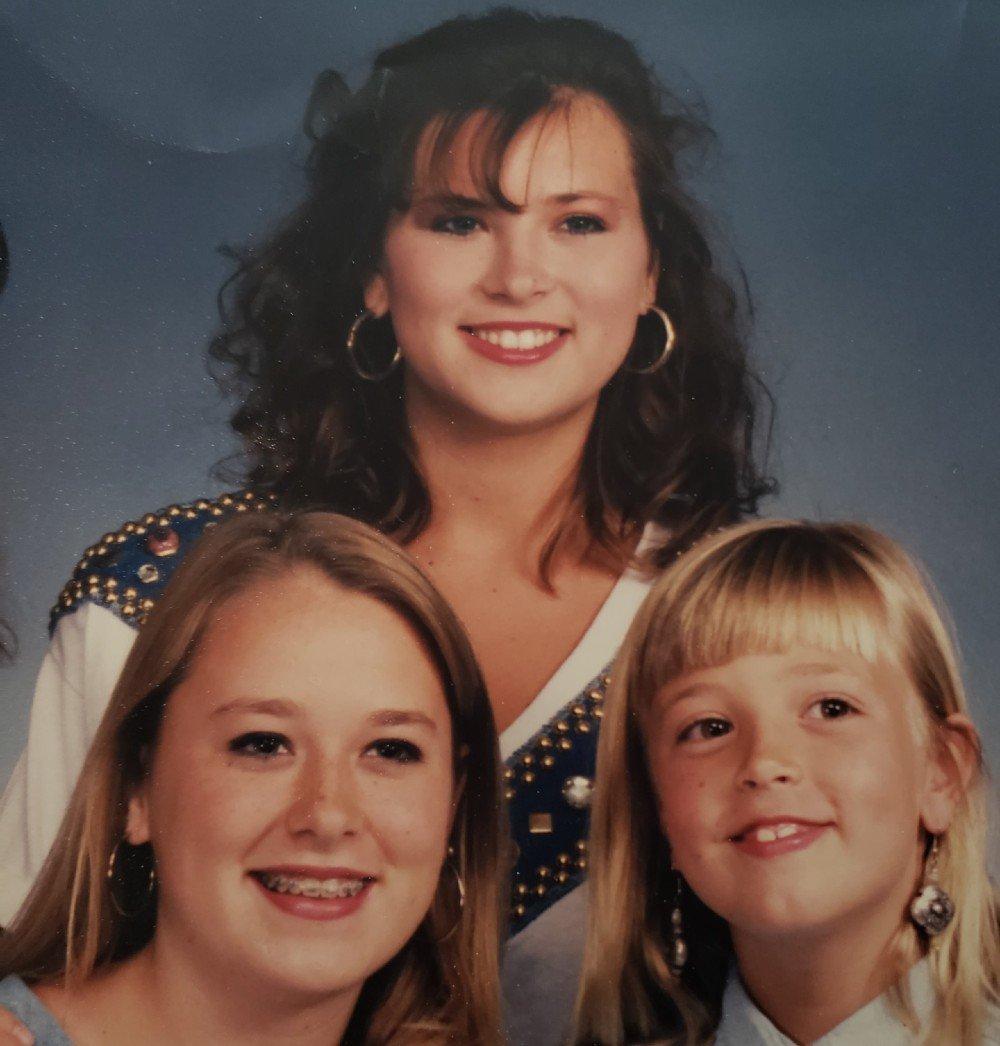 Amy Carlson con sus dos hermanas más pequeñas, Tara Flores (izqda.) y Chelsea Renninger.