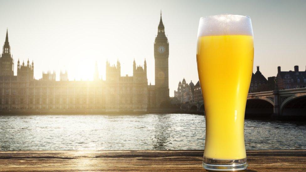Da li više tračarite uz pivo ili preko telefona?
