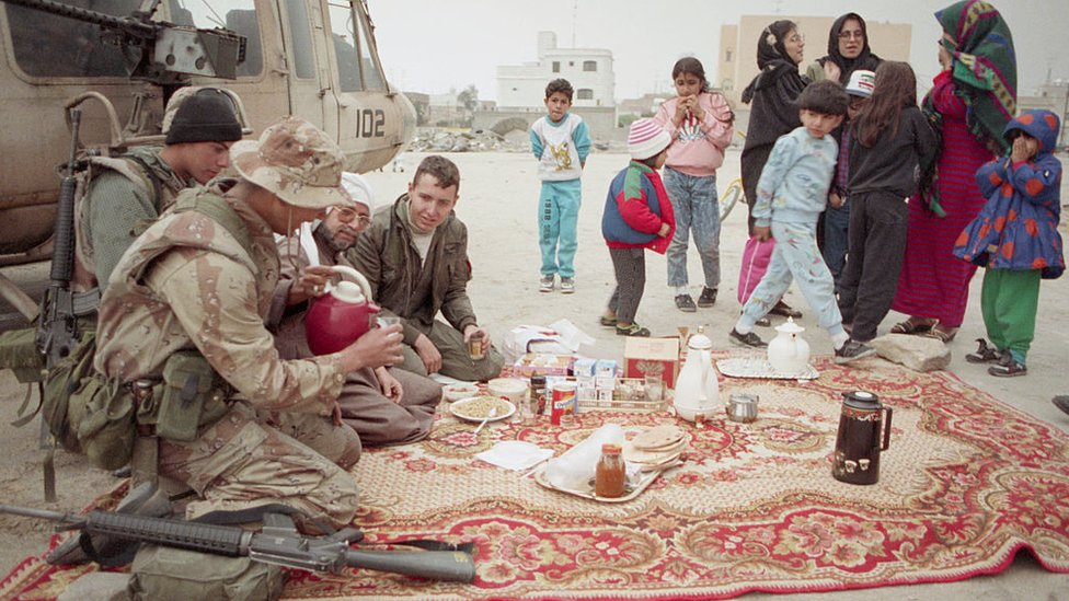 Kuwaitíes con soldados estadounidenses.