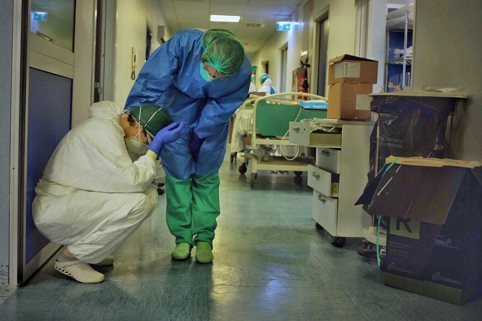 Un miembro del hospital consuela a un compañero.