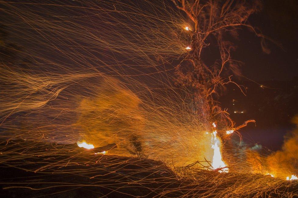 Fuertes vientos dispersan las brasas encendidas en Montecito, California, diciembre de 2017.