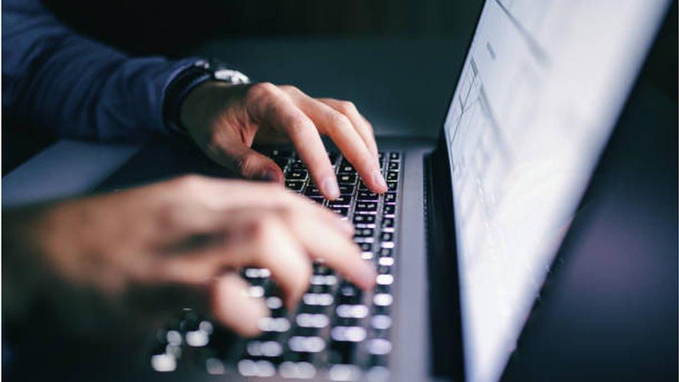ruke na tastaturi