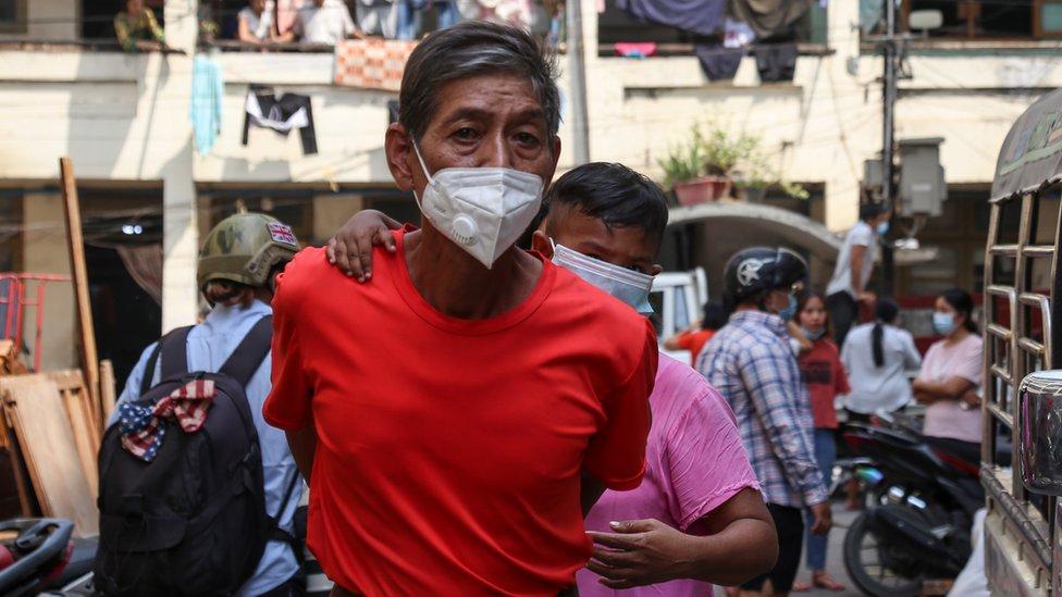 Seorang karyawan jawatan kereta api di perumahan karyawan di Mandalay, Myanmar, kudeta.
