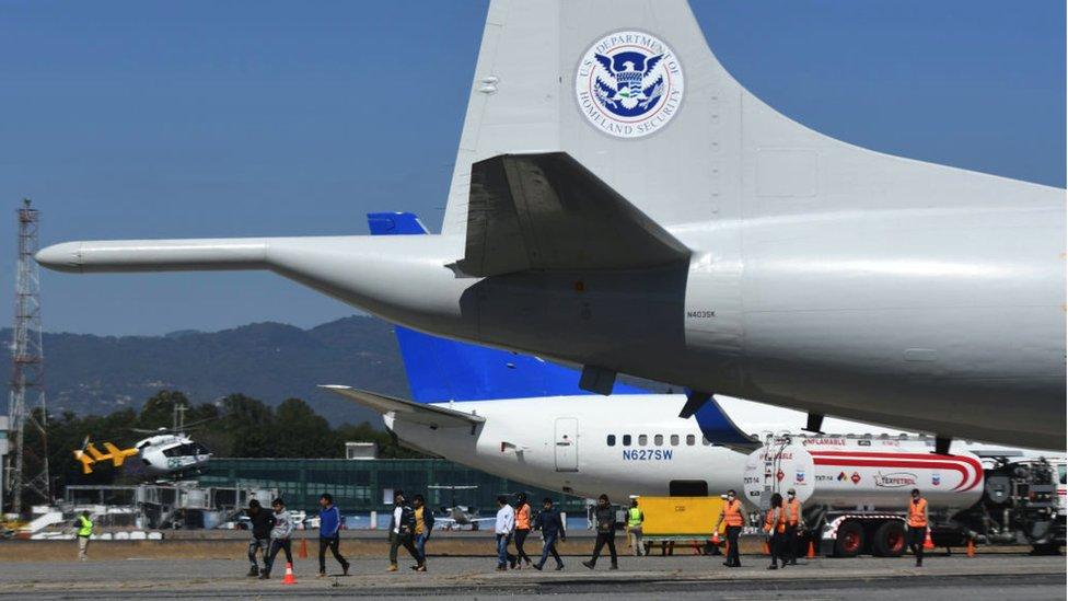Avión estadounidense con deportados llega a Guatemala.
