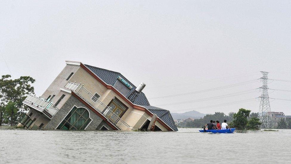 中國有33條河流的水位已達到歷史最高水平,而暴雨仍在繼續侵襲長江沿岸地區。