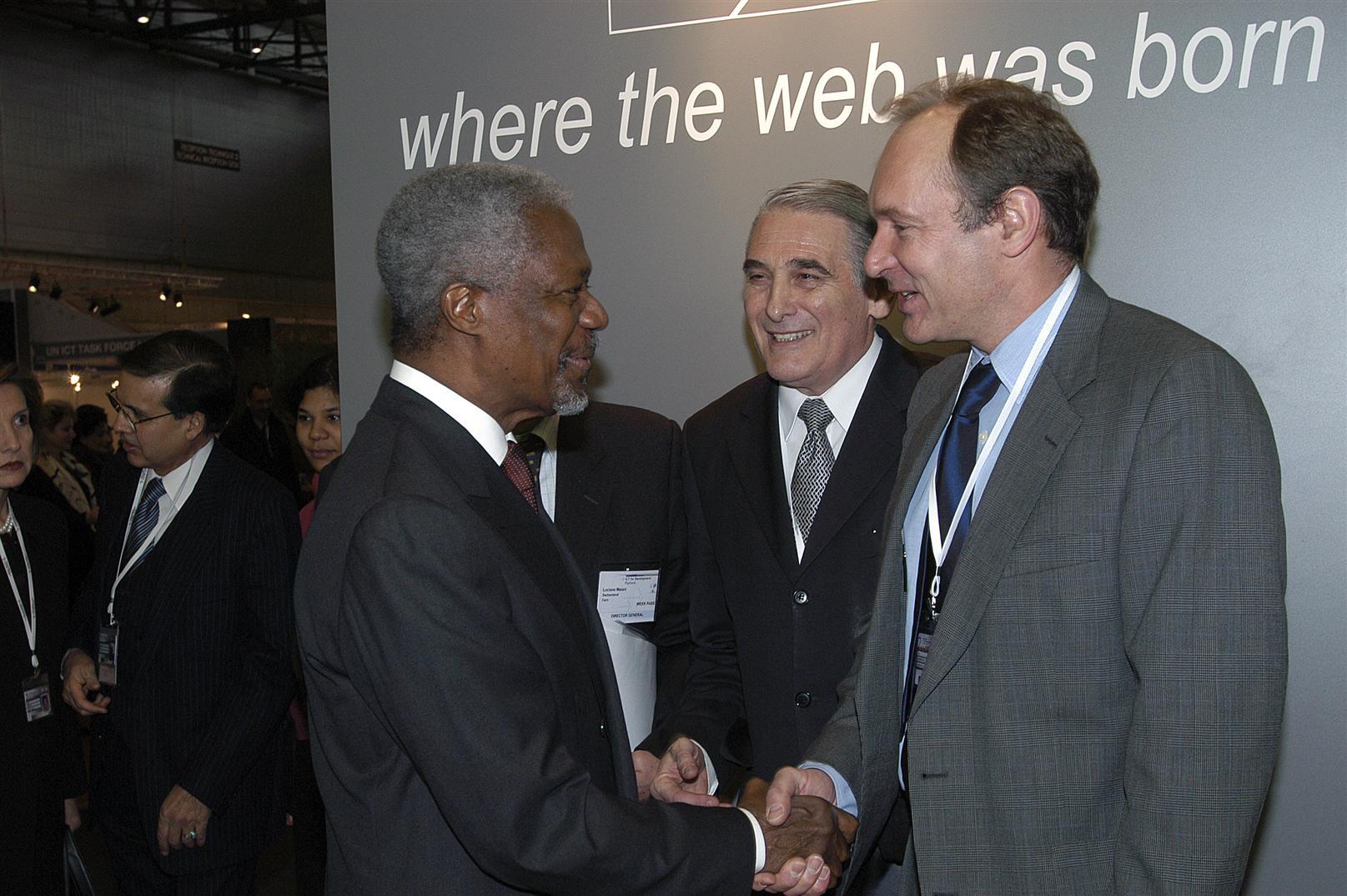 Tim Berners-Lee en 2003 estrechando la mano de Kofi Annan, secretario general de Naciones Unidas (1997-2006).