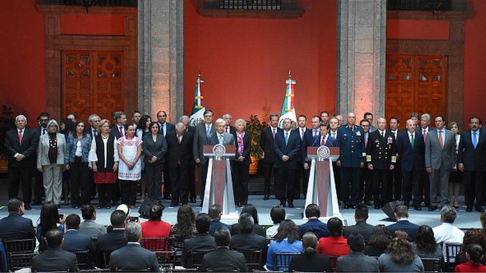López Obrador y su antecesor, Enrique Peña Nieto, en una conferencia.