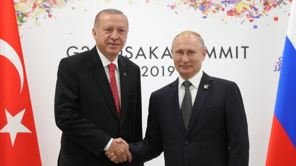 إردوغان (إلى اليسار) مصافحا بوتين