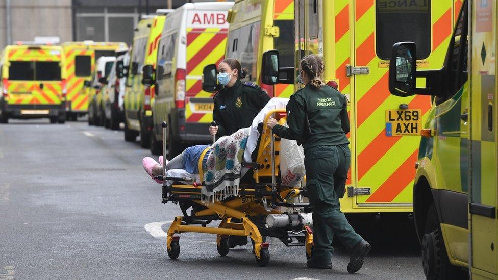 فريق من هيئة الخدمات الصحية الوطنية في بريطانيا