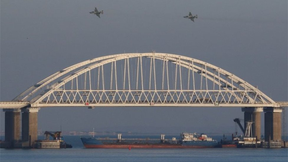 Russian jets fly over the bridge, and a tanker is seen under the huge arch of the bridge. Photo: 25 November 2018