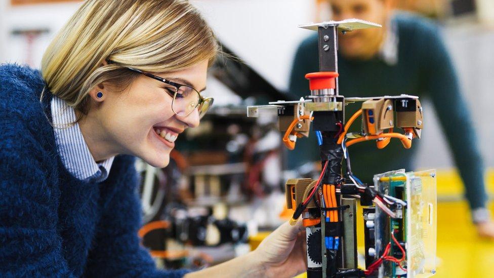 Mujer frente a un robot