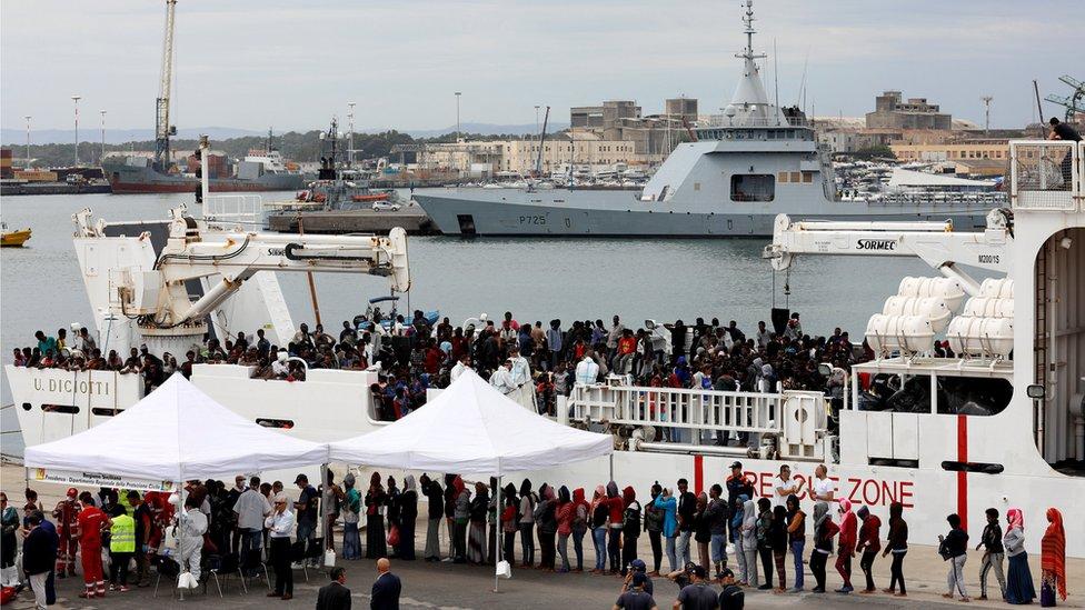 """مهاجرون على متن السفينة """"ديشيوتي"""""""