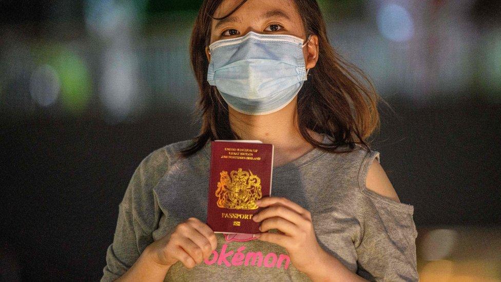 香港女子Asuka Law舉起其BN(O)護照(3/6/2020)