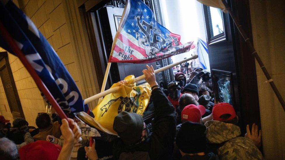 Manifestantes con banderas entran a la fuerza en el Capitolio de EE.UU.