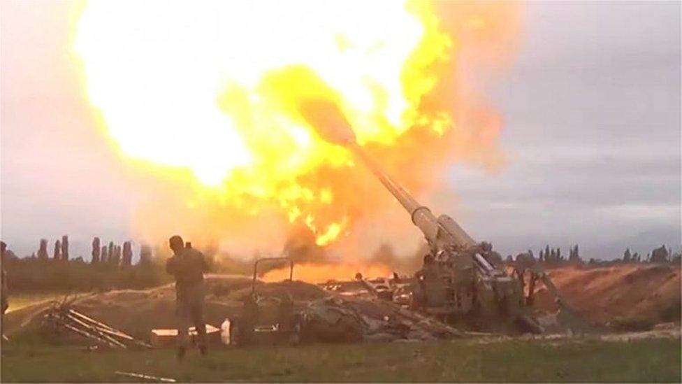 القوات المسلحة الأذربيجانية تطلق نيران المدفعية خلال اشتباكات بين أرمينيا وأذربيجان على إقليم ناغورنو كاراباخ