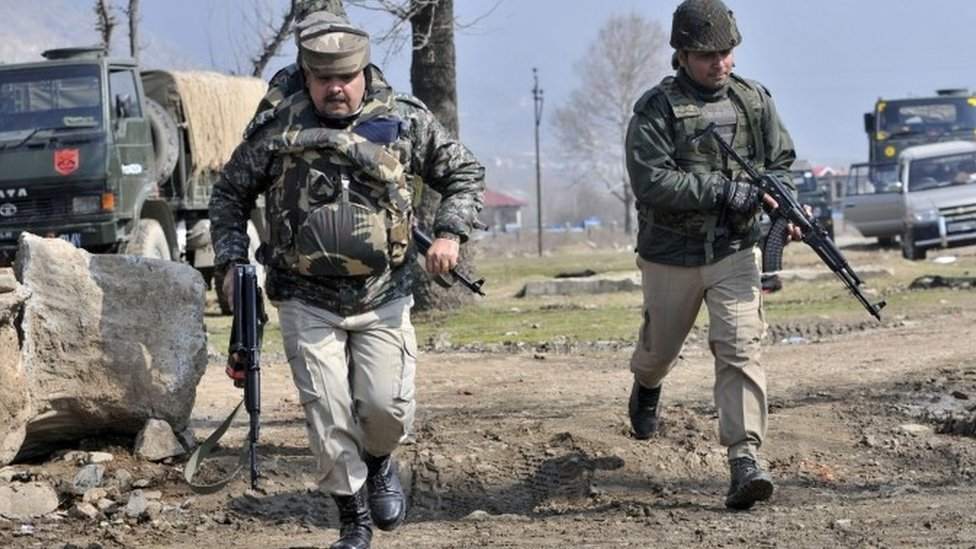 Indian soldiers arrive near the building where militants are holed up during a gunfight south of Srinagar (21 February 2016)
