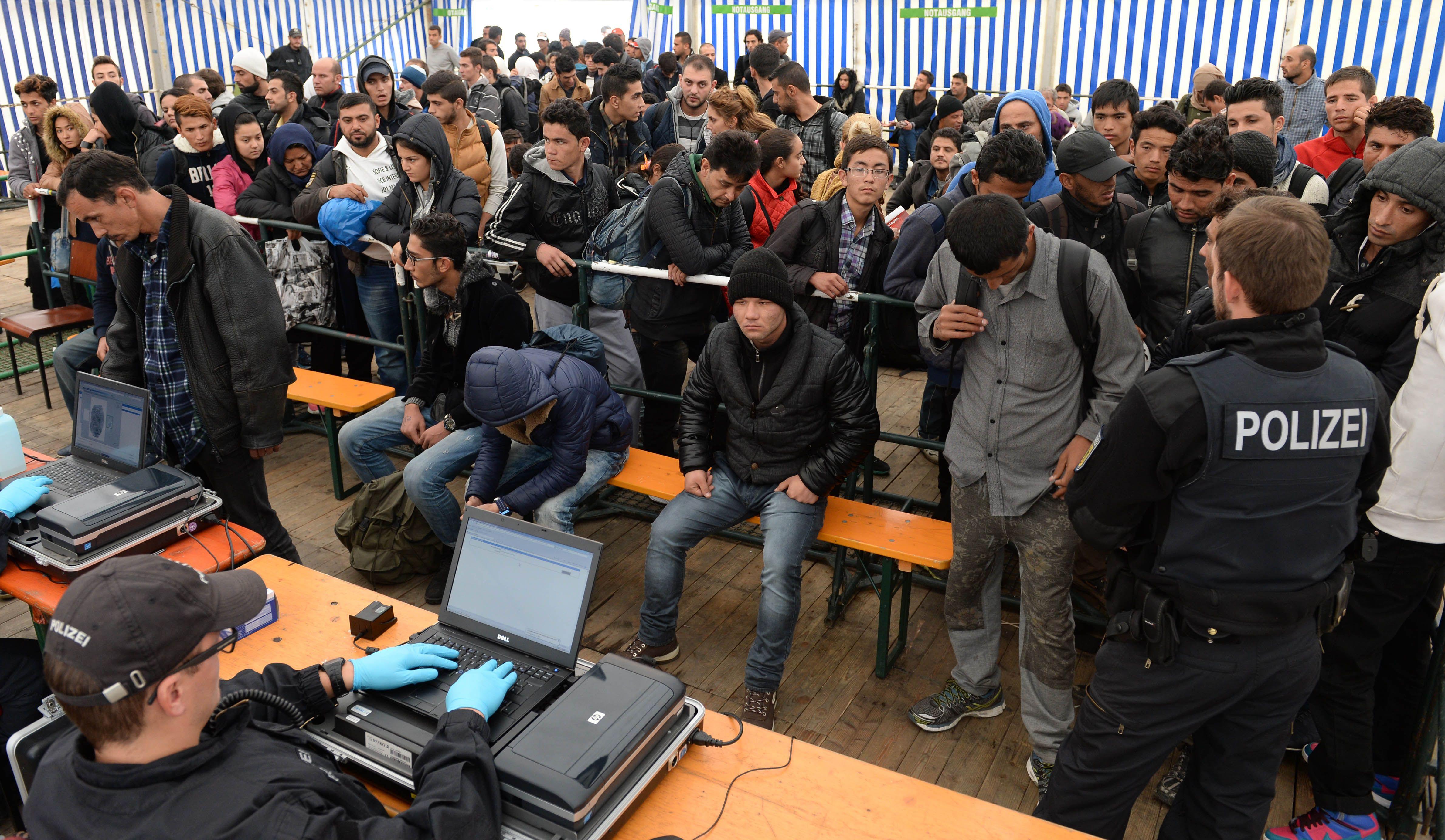 Asylum seekers arriving in Passau in southern Germany (8 Oct)