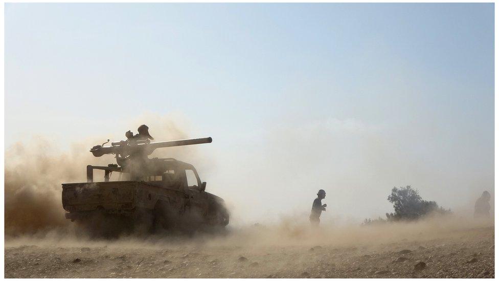 دبابة في وضع قتالي في اليمن