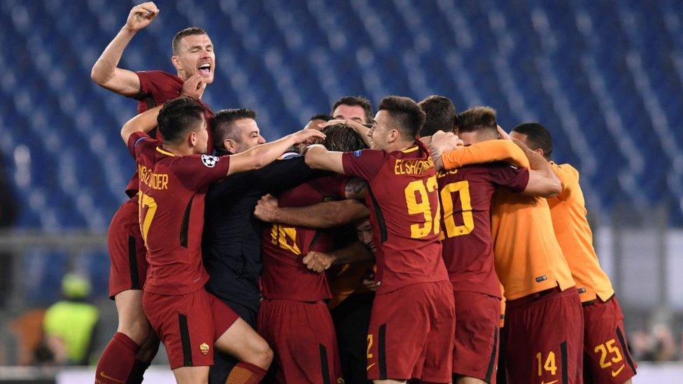 Jugadores de Roma celebran.