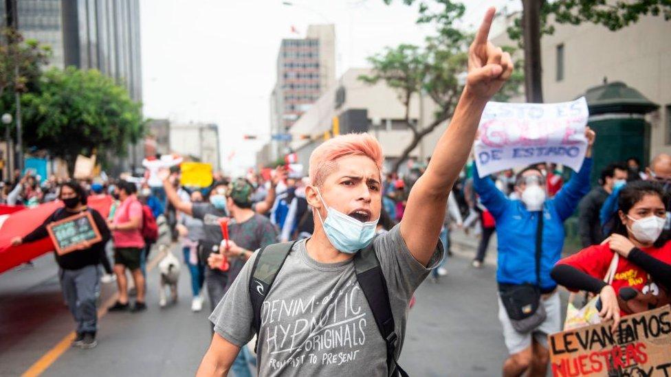 Protestas en Lima contra la destitución de Vizcarra.