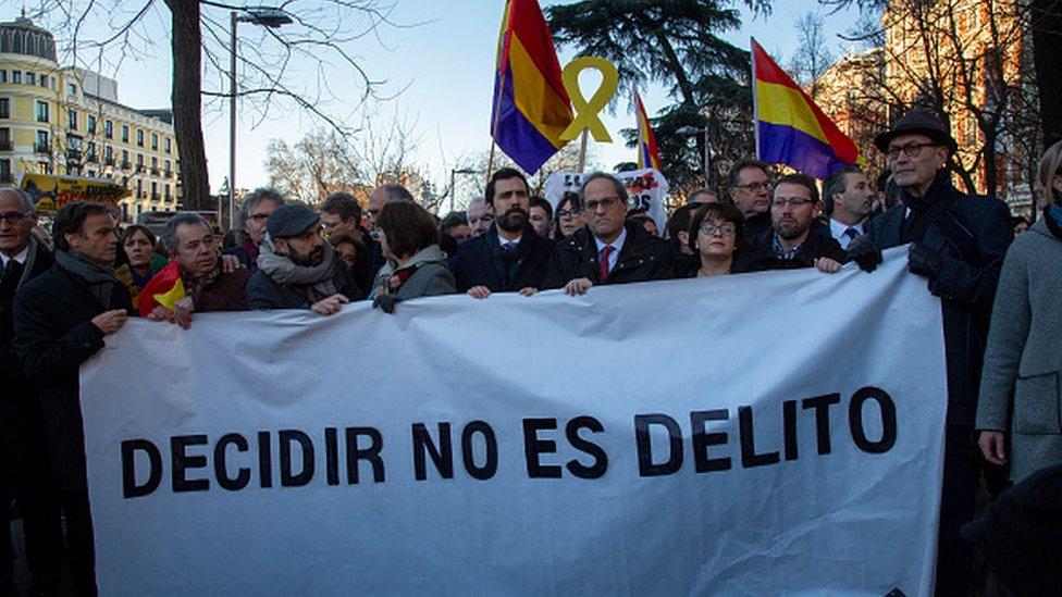 Başkan Torra'nın da aralarında bulunduğu göstericiler, mahkeme salonunun dışında
