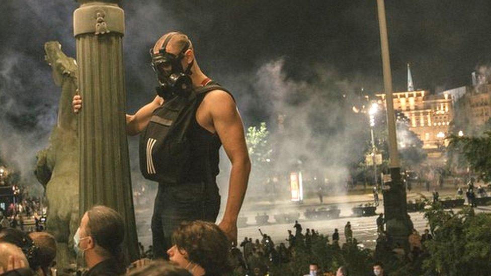 Столкновения в Белграде из-за карантина. Демонстранты пытались ворваться в парламент