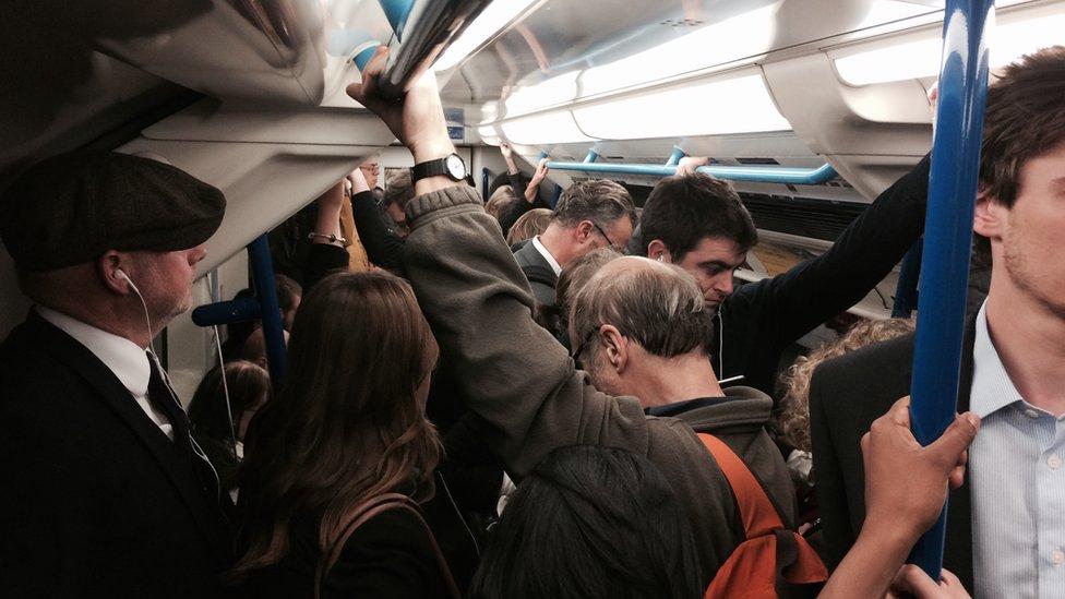 Passageiros dentro de metrô em Londres