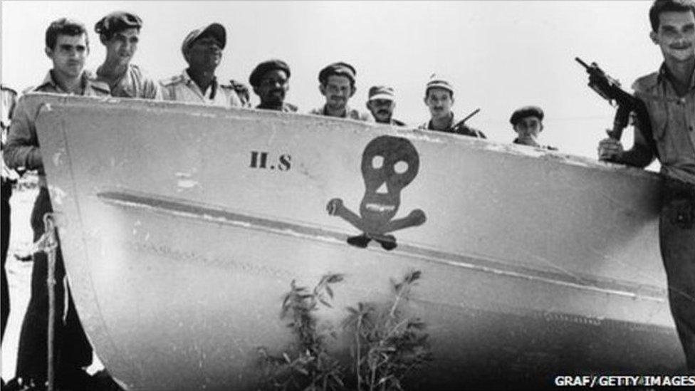 1961年4月一千多古巴流亡者在美國中情局的支持下在古巴豬灣登陸試圖推翻卡斯特羅的古巴政權,但武裝入侵遭遇慘敗