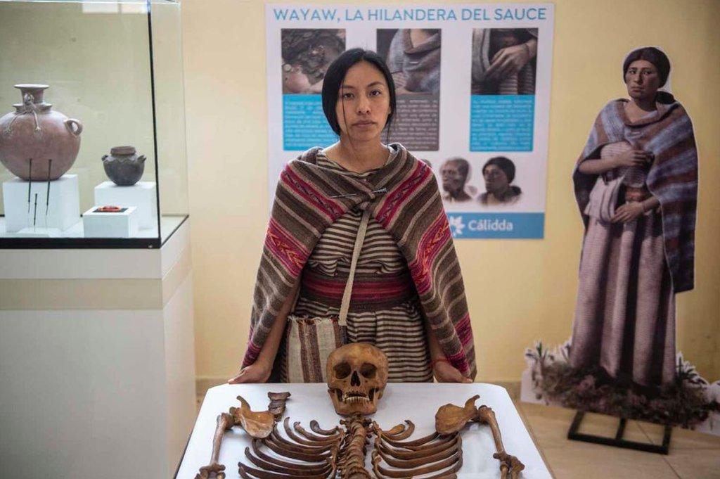 Anely Martinez, (30) y el esqueleto de Wayaw
