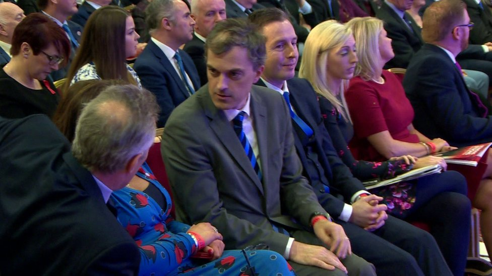 Julian Smith talking to Ian Paisley at the DUP party conference in 2017